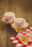 Dois frascos do mel e dos favos de mel isolados no branco Imagens de Stock Royalty Free