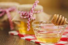 Dois frascos do mel e dos favos de mel isolados no branco Foto de Stock