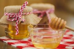 Dois frascos do mel e dos favos de mel isolados no branco Imagem de Stock Royalty Free
