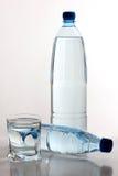 Dois frascos e copos de água Fotografia de Stock
