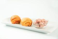 dois frescos e croissant saboroso Sobre o fundo branco Fotos de Stock
