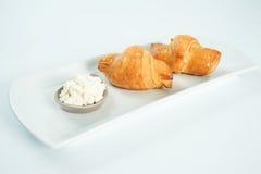 dois frescos e croissant saboroso sobre o fundo branco fotografia de stock