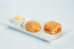 dois frescos e croissant saboroso sobre o fundo branco imagens de stock