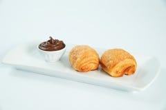 dois frescos e croissant saboroso sobre o fundo branco Imagem de Stock Royalty Free