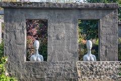 Dois furos retangulares na parede encheram-se com os dois bustos e em f Imagens de Stock