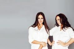 Dois gêmeos levantar das irmãs, fazendo o selfie da foto, vestiram o mesmo whit Fotos de Stock