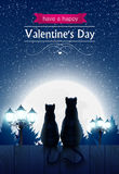 Dois gatos que sentam-se em uma cerca que olha o tolo moon Foto de Stock