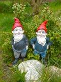 Dois gnomes do jardim fotos de stock royalty free