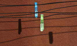 Dois grampos de pano na corda Fotografia de Stock