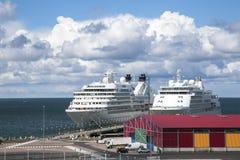 Dois grandes forros do cruzeiro aproximam o moorage no porto grande Imagem de Stock