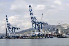 Dois grandes guindastes do porto na praia Fotografia de Stock