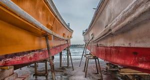 Dois grandes navios de carga no porto fotografia de stock
