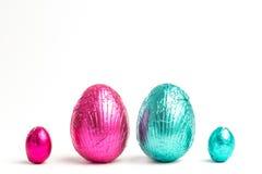 Dois grandes ovos da páscoa entre dois uns pequenos Fotos de Stock Royalty Free