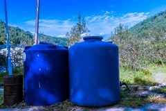 Dois grandes recipientes industriais azuis Fotos de Stock