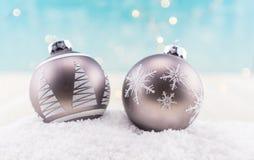Dois Gray Christmas Ornaments na neve fotos de stock