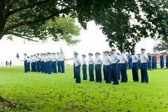 Dois grupos de protetor que de costa uma escola se gradua Imagens de Stock
