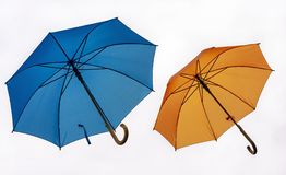 Dois guarda-chuvas coloridos em um fundo branco fotos de stock royalty free