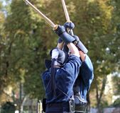 Dois guerreiros corajosos da luta do kendo lutam com espadas de bambu Foto de Stock Royalty Free