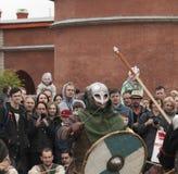 Dois guerreiros de Viking que lutam com espadas Reconstrução histórica em St Petersburg, Ru Imagens de Stock Royalty Free