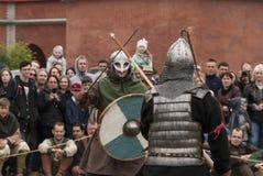 Dois guerreiros de Viking que lutam com espadas Reconstrução histórica em St Petersburg, Ru Imagem de Stock