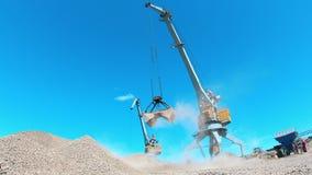 Dois guindastes funcionam em uma pedreira, movendo a entulho Conceito industrial da minera??o video estoque