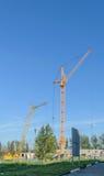 Dois guindastes na construção da casa Imagem de Stock Royalty Free