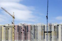 Dois guindastes na perspectiva de uma construção longa Fotos de Stock