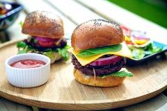 Dois hamburgueres fora Imagens de Stock Royalty Free