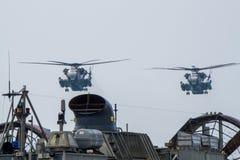 Dois helicópteros do transporte do pesado-elevador do garanhão do mar CH-53 dos E.U. Mosca da marinha sobre o LCAC durante o ouro Imagens de Stock Royalty Free