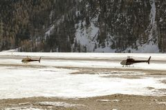 Dois helicópteros na paisagem coberto de neve nos cumes switzerland Foto de Stock