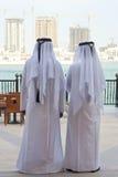 Dois homens & construções árabes anónimos Buidings Fotos de Stock Royalty Free