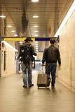 Dois homens brancos que atravessam o túnel subterrâneo Imagens de Stock Royalty Free