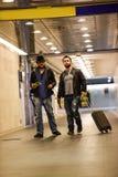 Dois homens brancos que atravessam o túnel subterrâneo Imagem de Stock Royalty Free