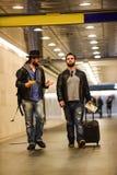 Dois homens brancos que atravessam o túnel subterrâneo Foto de Stock Royalty Free