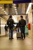 Dois homens brancos que atravessam o túnel subterrâneo Fotos de Stock Royalty Free