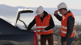 Dois homens caucasianos que removem o equipamento do tronco video estoque
