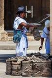 Dois homens de Arhuaco vestidos com sua roupa tradicional que vende sacos tradicionais em Cartagena de Índia fotografia de stock