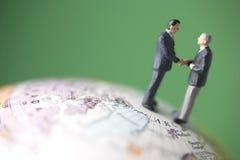 Dois homens de negócio agitam as mãos Imagens de Stock Royalty Free