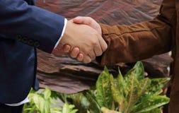 Dois homens de negócio que agitam as mãos, conceito bem sucedido do negócio Fotografia de Stock