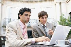 Homens de negócio que encontram-se no café. foto de stock royalty free