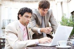Homens de negócio que encontram-se no café. fotografia de stock royalty free