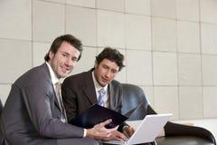 Dois homens de negócios com portátil Imagens de Stock