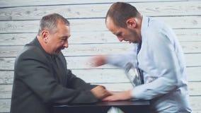 Dois homens de negócios compartilham da partilha o dinheiro Discuta e lute Um quer estrangular o outro para o dinheiro Conceito d video estoque