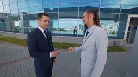 Dois homens de negócios competem para um contrato novo de um cliente principal filme