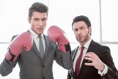 Dois homens de negócios decididos estão no escritório foto de stock royalty free