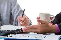 Dois homens de negócios discutem o volume de venda durante a ruptura de café fotos de stock royalty free