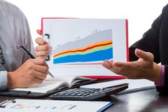 Dois homens de negócios discutem o volume de venda e preveem o mercado Fotografia de Stock Royalty Free