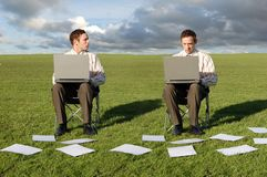 Dois homens de negócios em portáteis Fotografia de Stock