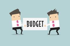 Dois homens de negócios estão puxando o orçamento entre si Fotografia de Stock Royalty Free