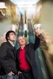 Dois homens de negócios no centro de negócios Fotografia de Stock